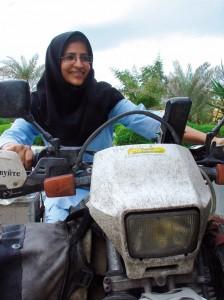 MMM2007-Iran-girl trying out bike-09418-bew2016